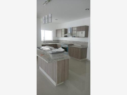 hermosa casa en venta con cuatro recamaras en cañadas del lago !!