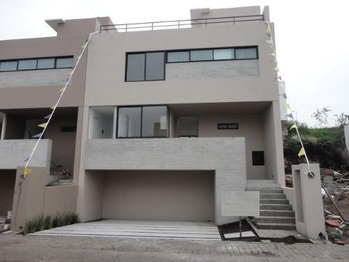 hermosa casa en venta en el refugio, cuenta con 3 niveles, r