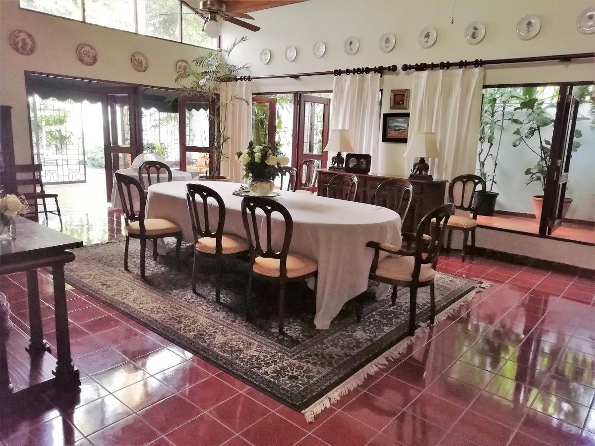 hermosa casa grande y confortable, bello jardín y piscina