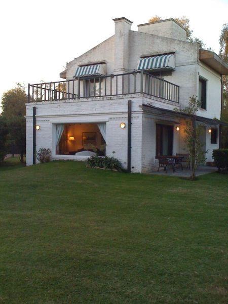 hermosa casa rodeada de verde en country golf chascomus