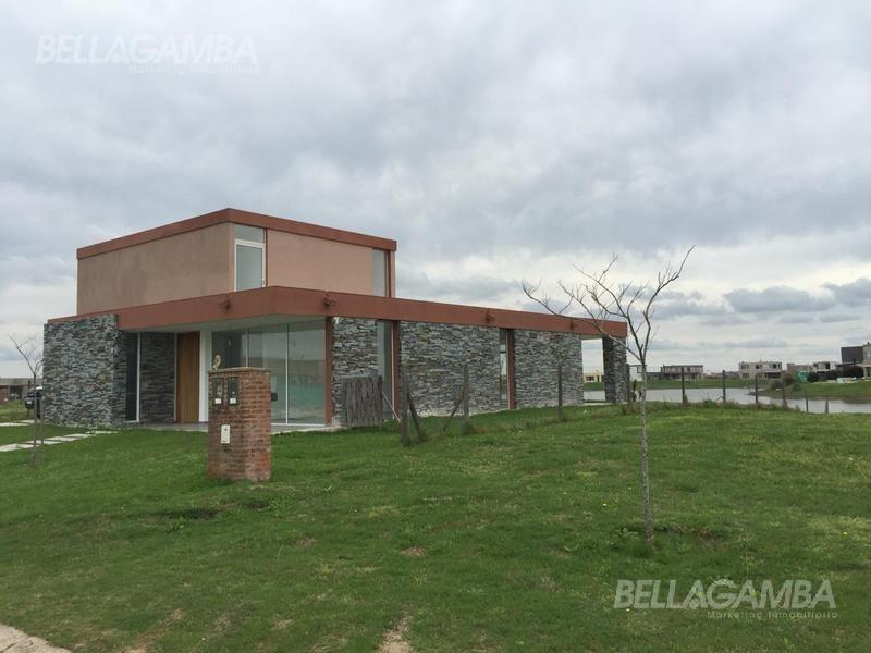 hermosa casa sobre laguna  en área 5. nuestra señora de itati. san sebastian.