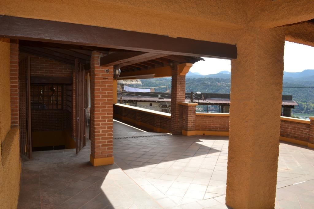hermosa casa vallesana con inigualable vista al lago, montañas y puestas de sol.