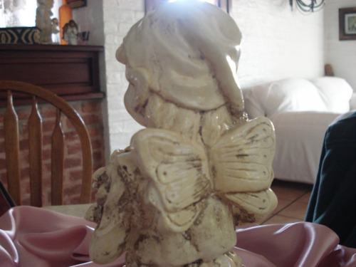 hermosa figura de niño en pátina travertino de yeso