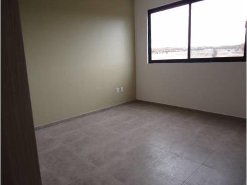 hermosa propiedad con estupendo diseño, 3 habitaciones amplias, ppl con vestidor y baño completo, en planta baja cuenta con amplia estancia, jardín, muy bonita cocina equipada con cubierta de granito