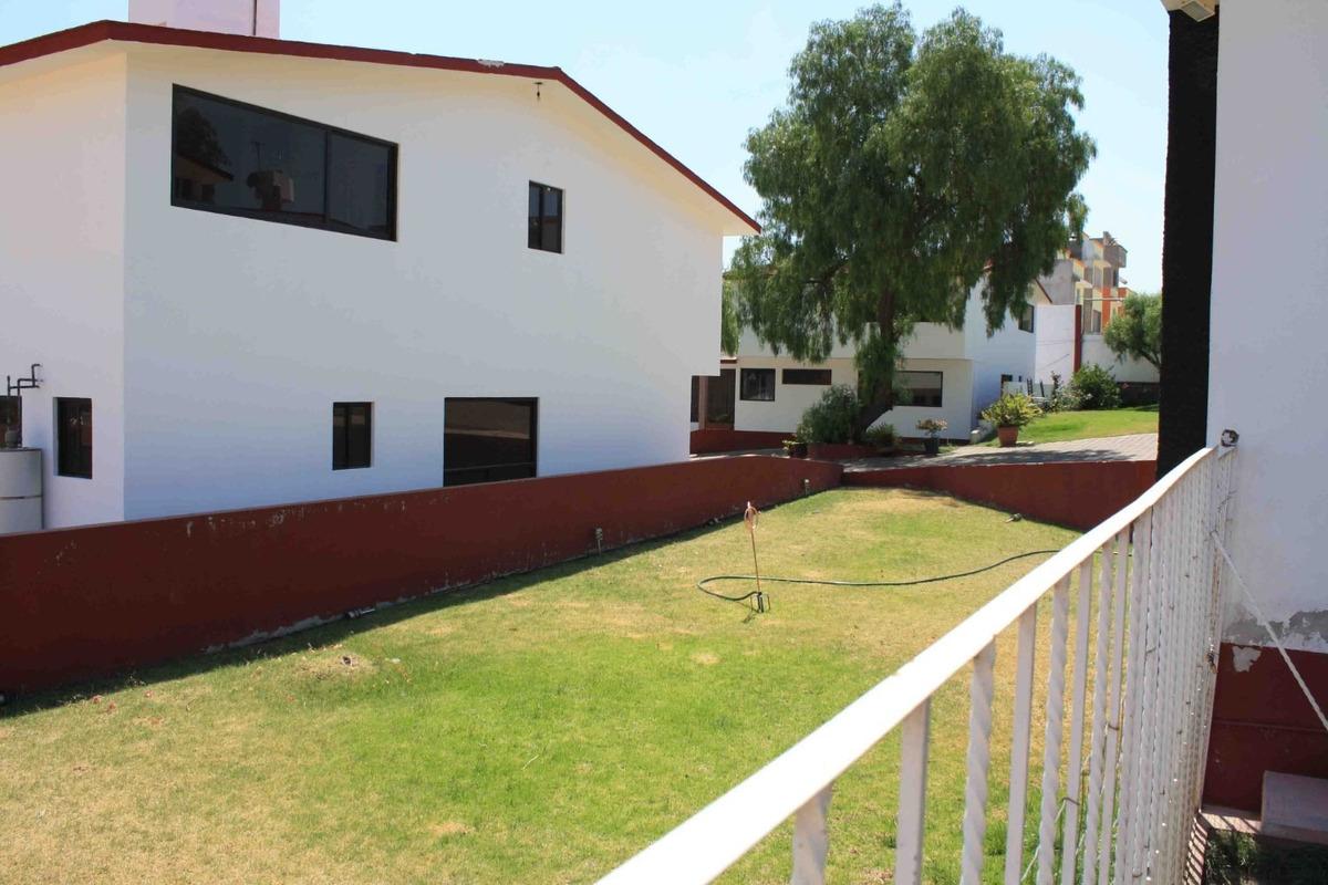hermosa residencia con amplios jardines