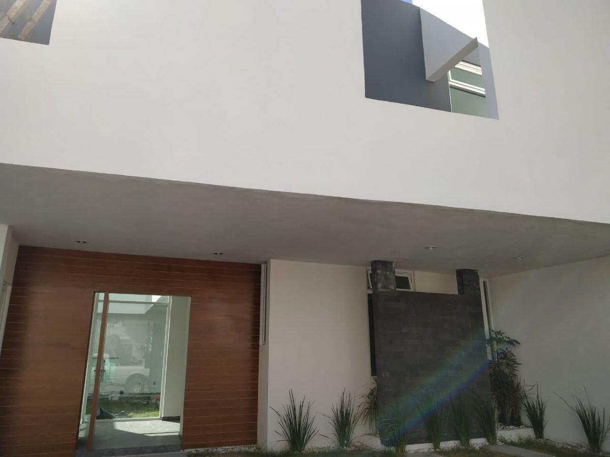 hermosa residencia en lomas de juriquilla, doble altura, jardín, family room
