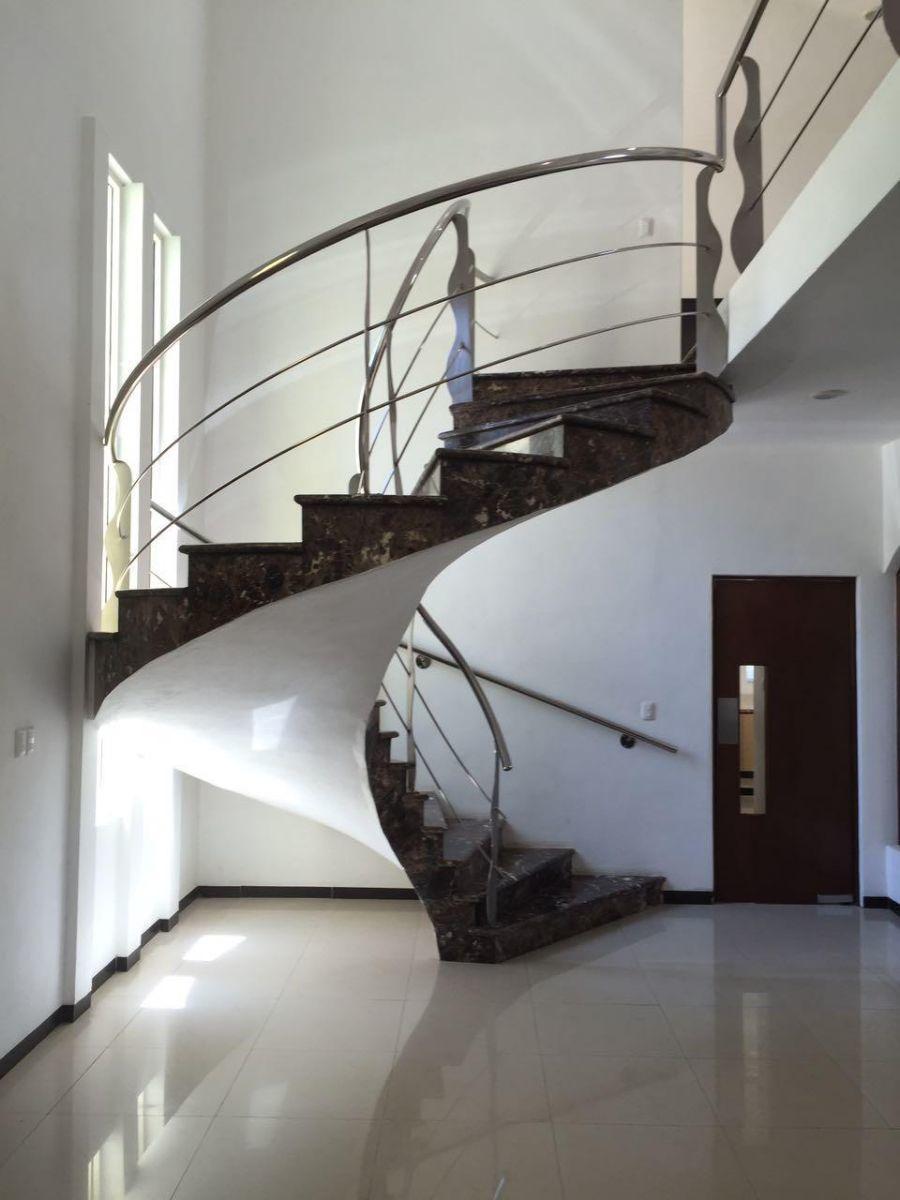 hermosa residencia en montebello, con amplios espacios y alberca.