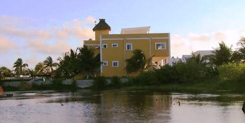 hermosa villa en venta en la riviera maya frente al mar