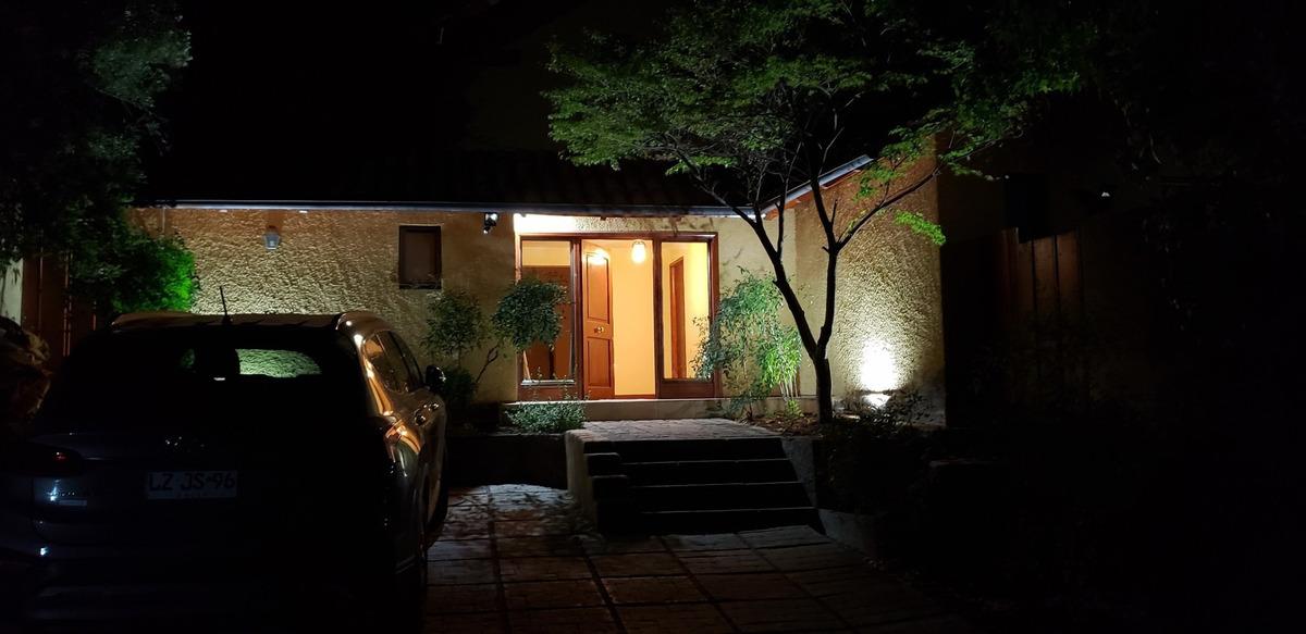 hermosa y luminosa casa ubicada en lo barnechea