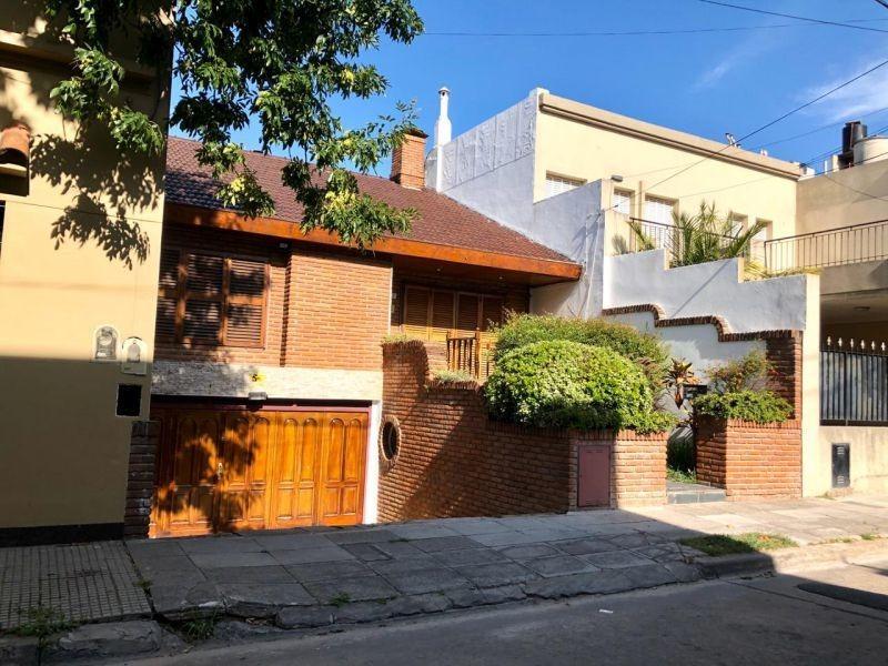 hermoso chalet con jardín y garage