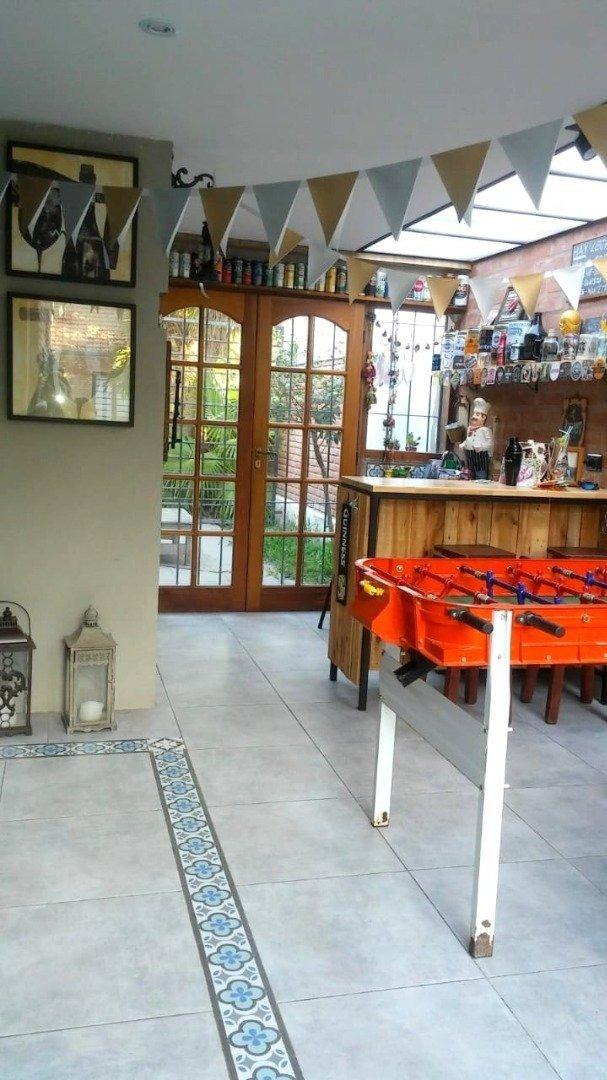 hermoso chalet construido todo en planta baja de 4 amb., con garaje doble, trotadora, parque, piscina y quincho.