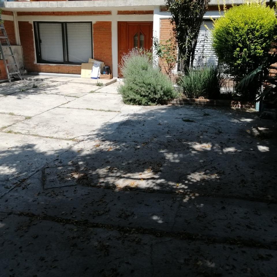 hermoso departamento con patio trasero y jardín