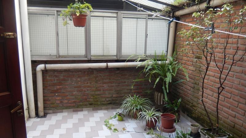 hermoso departamento de 2 ambientes con patio en el centro de las flores!!