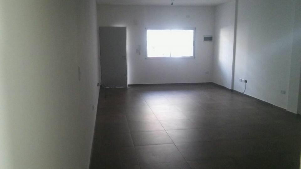 hermoso departamento de 2 ambientes de 65m2 cubiertos mas patio de 12m2 bajas expensas de $400! apto credito!!! f: 6251