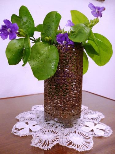 hermoso florero antiguo de bronce filigranado.
