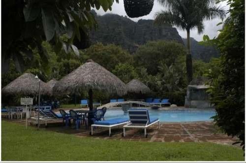 hermoso hotel ubicado a 7 kilómetros del centro de tepoztlán. con una superficie de 7,100 m2 y 2,500 m2 de construcción bajo las siguientes características:propiedad con diseño tipo colonial mexica