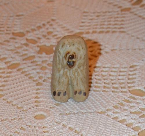 hermoso perro de piedra tallado a mano en miniatura