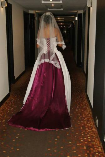 hermoso vestido y diferente es completo