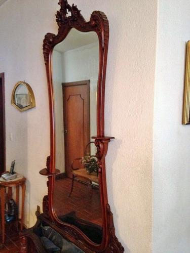 hermoso y antiguo espejo macetero, labrado en caoba