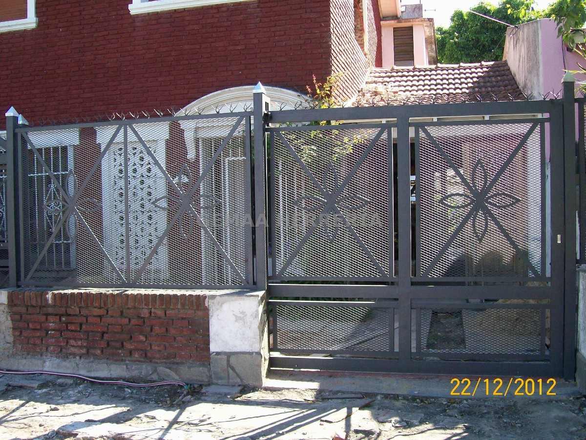 Herrer a port n hierro metal desplegado malla barras lan s for Puertas de metal con diseno