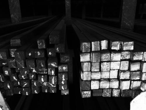 hierro macizo cuadrado *** 1/2 *** en largo de 6 mts.