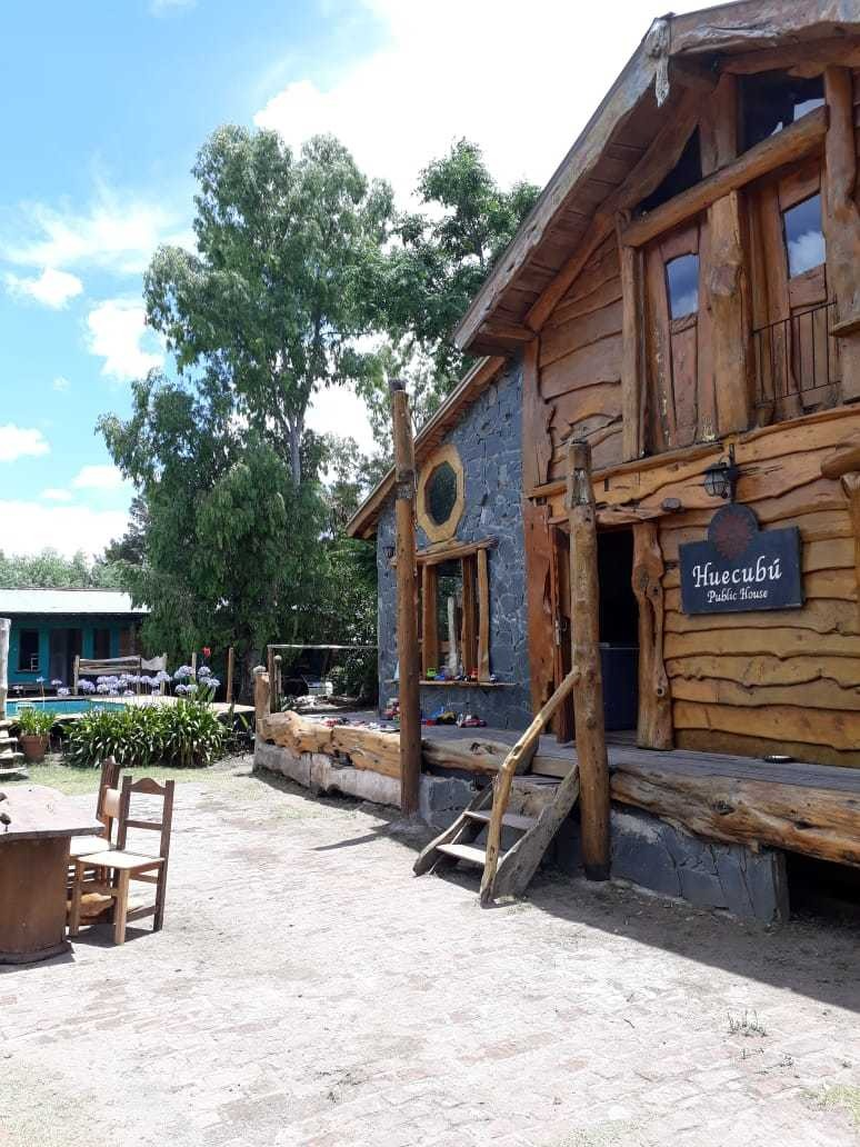 hostel con pileta frente a la laguna