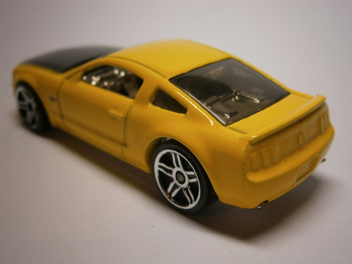 hot wheels 2005 ford mustang gt (amarillo)
