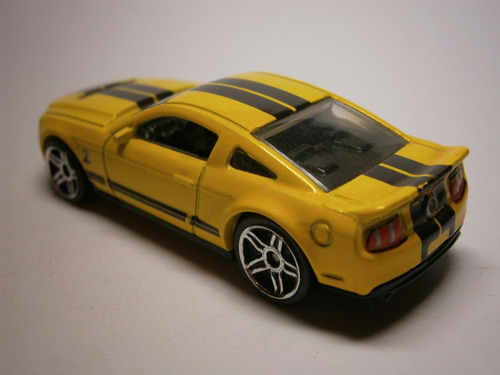 hot wheels 2010 ford shelby gt500 (amarillo)