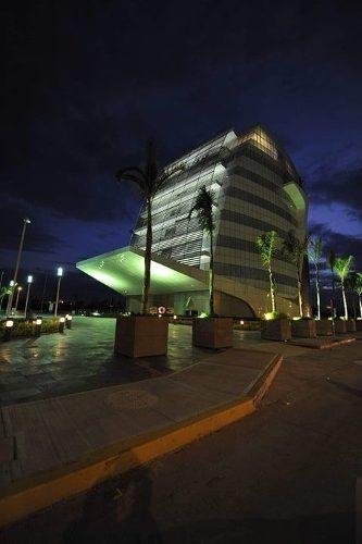 hurban renta oficinas en impresionante edificio.