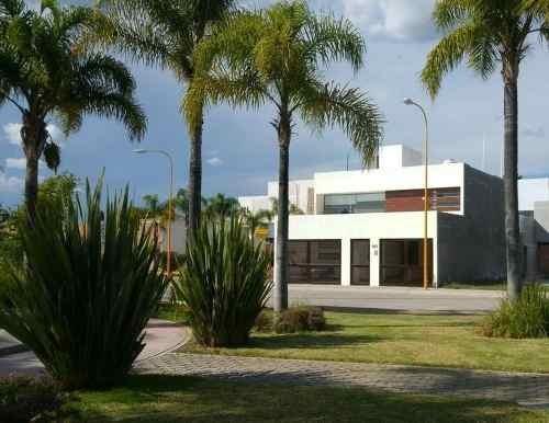hurban vende amplia casa cerca de uaa en coto.