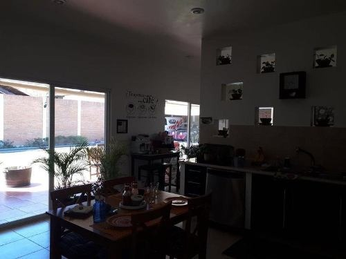hurban vende amplia casa en la herradura.