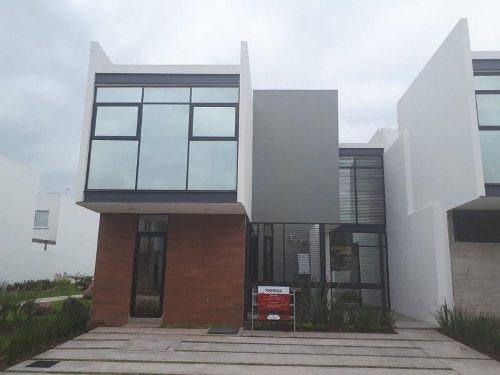 hurban vende casa nueva al norte con club.