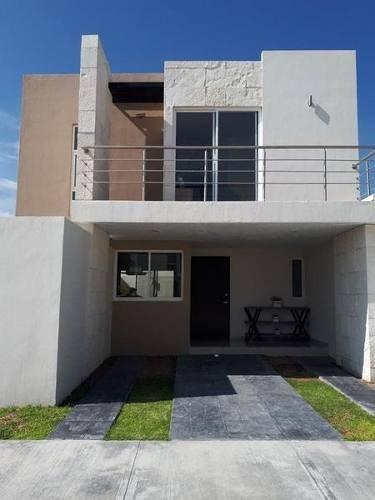 hurban vende casas nuevas, en coto al norte, con alberca.