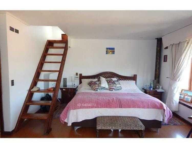 i. holzapfel #267. hermosa casa sólida 5d4b con quincho y piscina ubicada en los almendros.