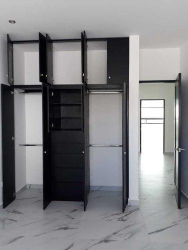 id:105316, casa en venta en privada, con excelentes acabados, pisos de porcelanato, 3 niveles, 3 recamaras, las secundarias comparten baño, con closet de pared, la principal con baño-vestidor, todas