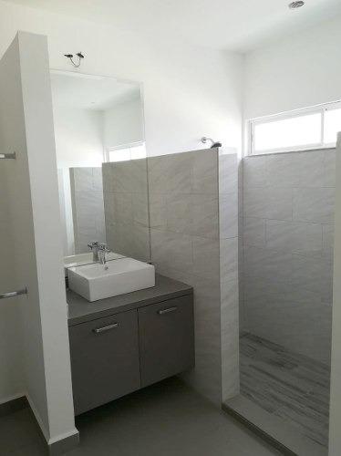id:105742, las residencias cuentan con 3 niveles, 3 recamaras y 4 baños ½.· amplia reamara principal con walking closet y baño completo.· dos recamaras secundarios con área designada para close