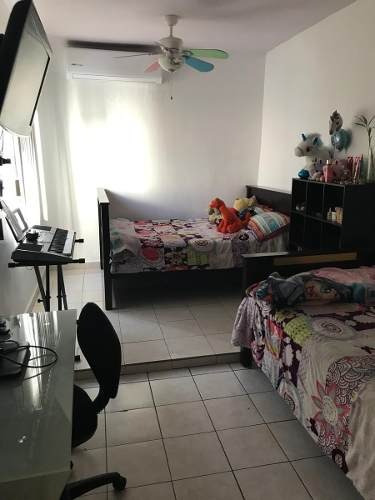 id:106406, hermosa casa en colonia privada con caseta de vigilancia, cerca de centros comerciales, accesos rápidos a avenidas principales,cuenta con: cochera para 2 autos techada, sala comedor amp