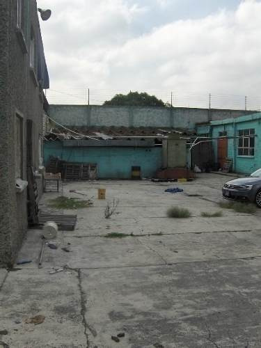 id:55941, se trata de un terreno plano de forma regular con dos frentes a via de circulacion (calle de la fragata y carabela posterior) donde se localizan 2 bodegas, 2 edificios y techumbres que se d