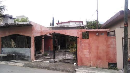 id:72547, casa con excelente ubicación en la zona centro de santiago nl, a solo 500 mts de carretera nacional por la entrada a san francisco y cerca de la plaza principal. 2 recamaras, 1 baño, cocina
