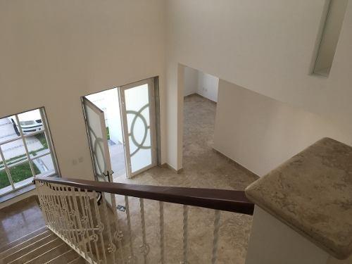id:79298, muy agradable terraza y jardín posterior, estudio con medio baño, techo doble altura. hall de tv. todas las  recamaras tienen vestidor y baño. en el área de lavado hay baño de servicio. ent