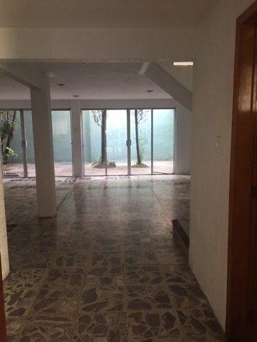id:79426, se trata de una casa habitación desarrollada en tres niveles y cuenta con la siguiente distribución arquitectónica:p.b. estacionamiento para dos autos, acceso principal y entrada por la co