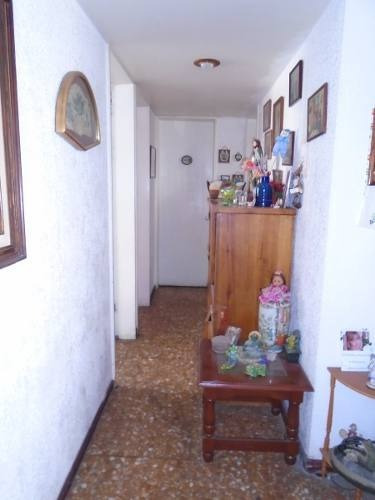 id:79480, se trata del departamento 23 ubicado en 5to. piso de un edificio que se desarrolla en 8 niveles, es interior y cuenta con la siguiente distribución:sala, comedor, cocina, desayunador con c