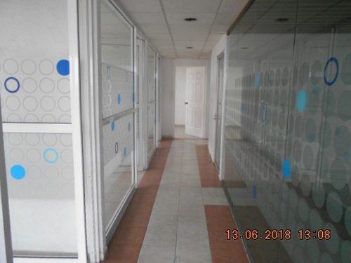 id:79818, se renta despacho en la calle de oso #40 ph, es exterior con 320m2 ubicado en 7º piso, cuenta con 3 baños, 4 cajones de estacionamiento, y 1 mesa de cristal.  se encuentra muy bien ubicado