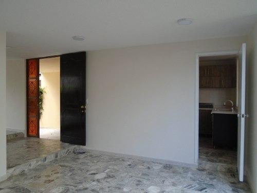 id:80328, se trata de una casa habitación que se desarrolla en 2 niveles y cuenta con la siguiente distribución.planta baja: acceso estacionamiento semicubierto para un auto, pequeño jardín frontal,