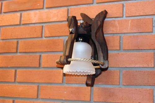 iluminación en madera.