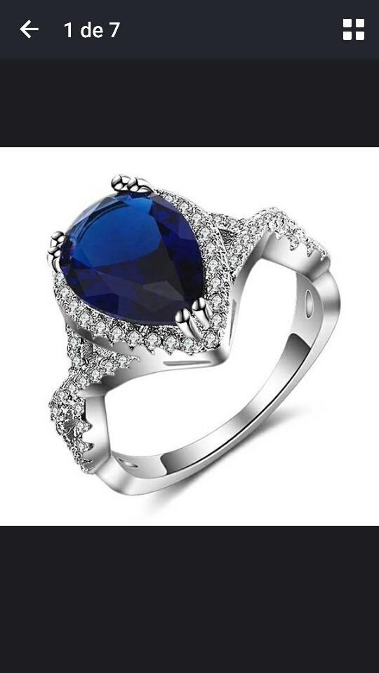 0f7f5f89be7b impactante anillo de plata con zafiro azul central y cubics. Cargando zoom.