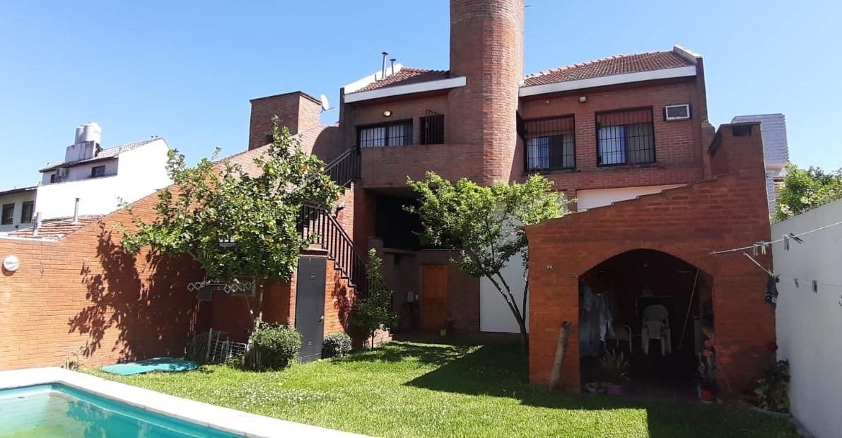 impecable casa c/jardín y pileta