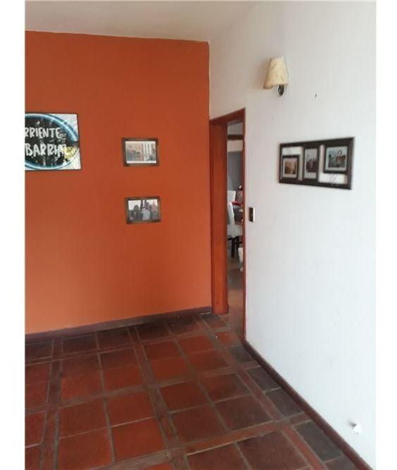 impecable casa con galpon - excelente ubicacion