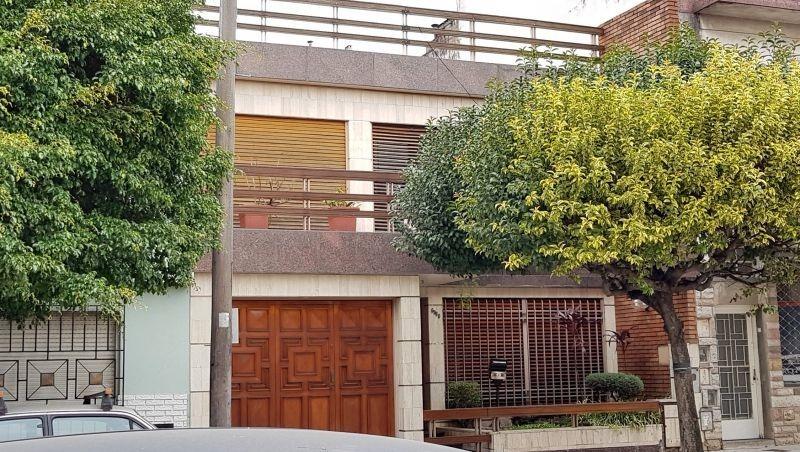 impecable casa con garage para 2 autos con jardín, quincho