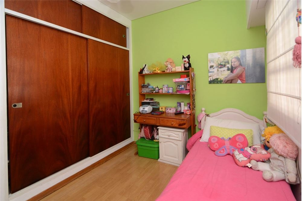 impecable casa de 5 ambientes con cochera.-